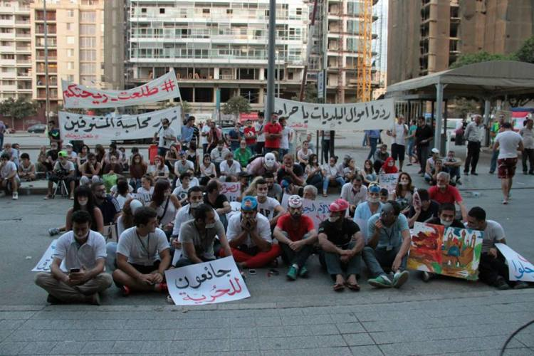 Activists hold a silence sit-in in front of the Ministry of Environment in support of the hungerstrikers who have gone without food since September the 2nd demanding the resignation of the Minister of Environment. (Source: You Stink Facebook Page)